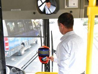 自我検査官が現場で公共交通機関を検査します