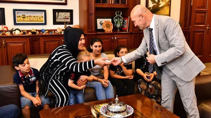 първото дете даде картите на ограбените от президента
