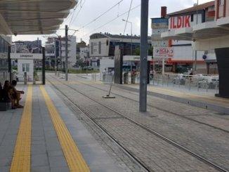 där vi kommer att sitta vid busshållplatsen för busstationen