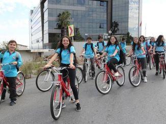 Ibbden let children support the activity by bike school