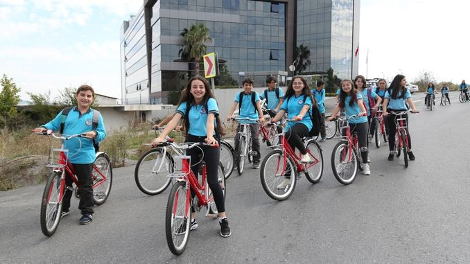Ibbden let children support the activity by bike school