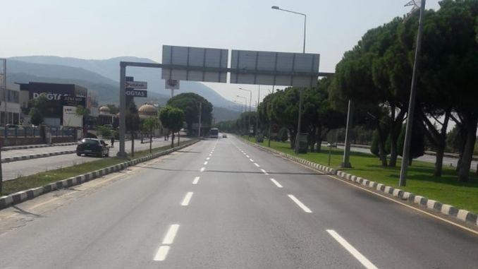 manisada trafikte guvenligi icin yol cizgileri yenileniyor