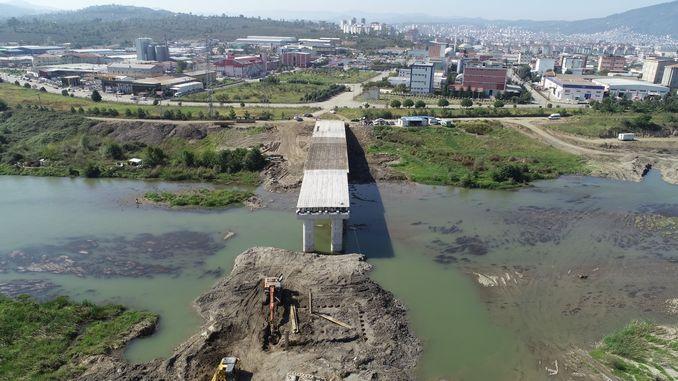 U ponte hè custruitu cum'è una alternativa à u ponte di melet