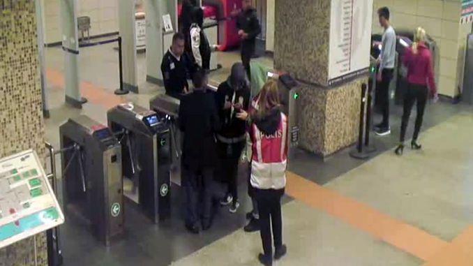 personeel van metro istanbul herenig familie met verlore gestremdes