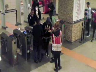 伊斯坦布尔地铁工作人员团聚失散的残疾乘客家庭