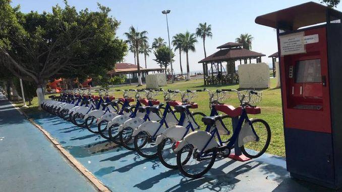 велосипеди на пляжі чекають мирту