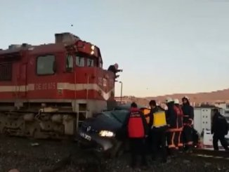 elazigda passenger train automobile carpti olu injured