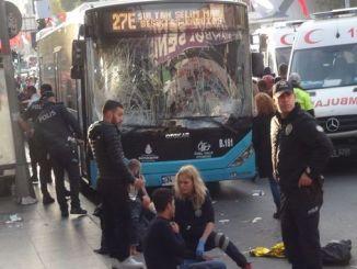 ibb iz autobusa besiktasta koji zaustavlja javni autobus
