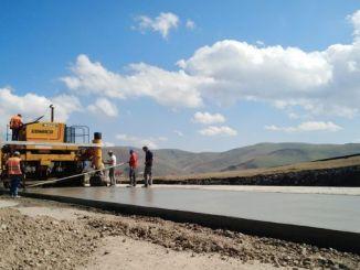 Rruga e betonit me cilësi aeroporti ishte ndërtuar në pllajë