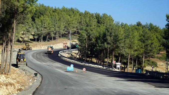 asfalt berfungsi dalam perjalanan ke resort ski yedikuyular