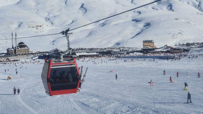 华丽的女人,享受埃尔奇耶斯滑雪胜地