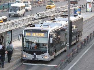 rievu noņemšana uz metrobusiem un autobusu pieturām