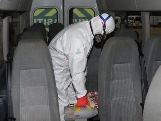 Превозните средства, превозващи персонал в Кокаели, се дезинфекцират.