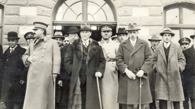 Atatürk Kazım Özalp Bekir Cingöz Fevzi Çakmak Refik Saydam and his spouse