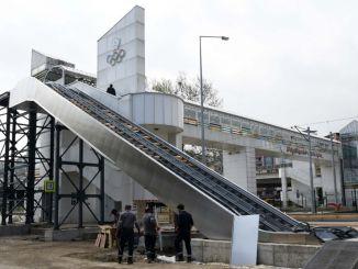 lối đi trên với cầu thang
