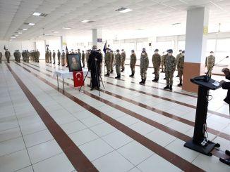 Der Minister für nationale Verteidigungsströme und Kommandeure schlemmten an der Grenze
