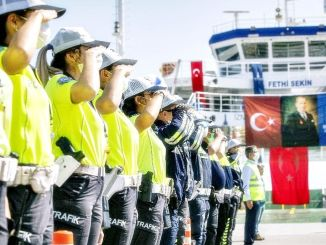 Fethi Sekin bilflåde slutter sig til Izmir-flåden med et tog