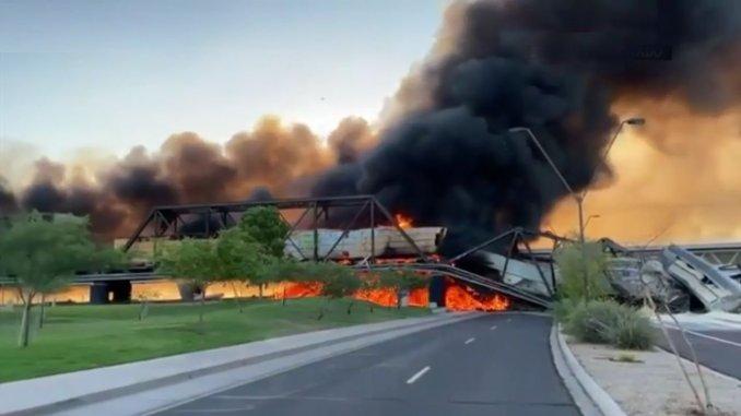В США сломался грузовой поезд, который сошел с рельсов в ночь на мосту