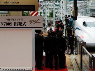 Japans Shinkansen ns Hochgeschwindigkeitszug der neuen Generation macht seinen ersten Flug