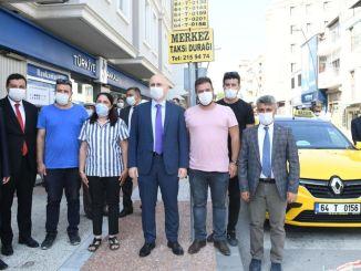 Karaismailoglu Usakin miniszter meglátogatja az egyedülálló nő taxisofőrét