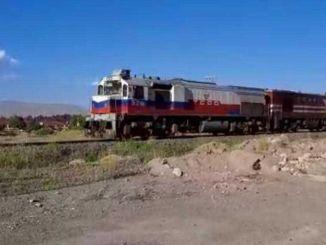 блок воз који креће из града