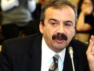 Чаро Sırrı Süreyya Önder боздошт шуд? Sırrı Süreyya Önder кист?