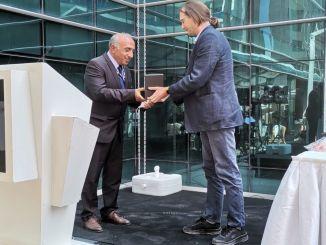 Premio de TMMOB al presidente de BTS, Bektaş, en nombre de Haydarpaşa Solidarity