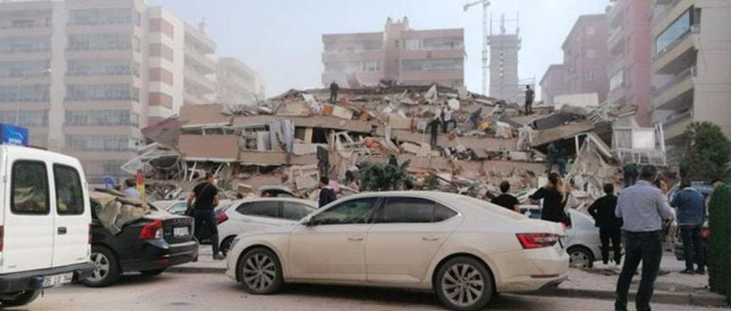 Der Moment des Einsturzes des Gebäudes bei einem Erdbeben in Izmir spiegelt sich in der Kamera wider