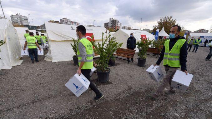 Дарения, направени чрез обществения хранителен магазин, се доставят на жертвите на земетресението