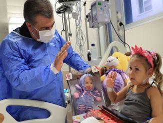 egészségügyi miniszter meglátogatta az Izmirben kezelt földrengés áldozatait