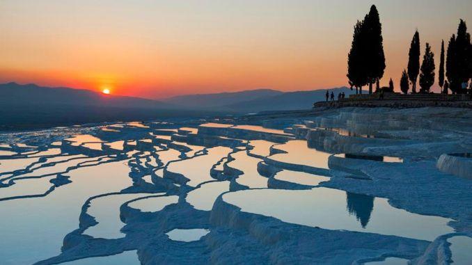 每月近百万的游客招待了土耳其