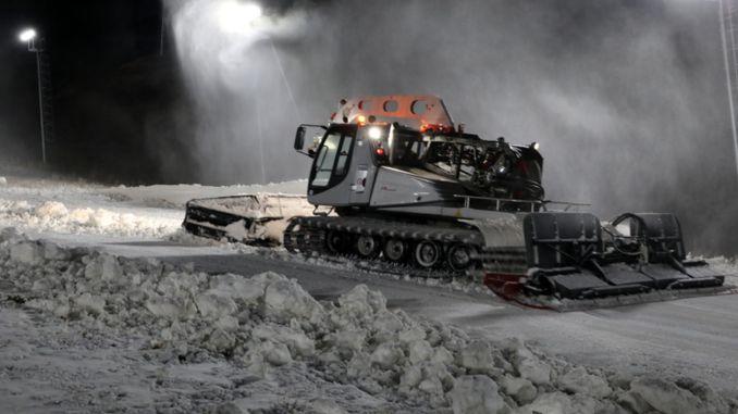 Ensimmäinen talvinen lumi levitettiin Palandökenin laskettelurinteille varastoituun turkkiin