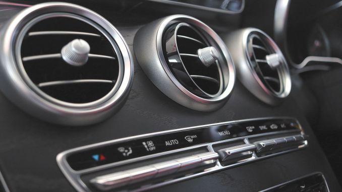 Hvorfor dårlig lugt kommer fra køretøjets klimaanlæg, og hvordan man fjerner det
