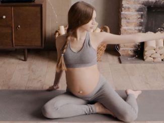 kobiety przygotowujące się do porodu z jogą w ciąży online