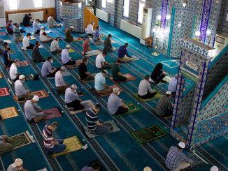 Verboten, während des Ramadan Tarawih-Gebete in Moscheen zu verrichten