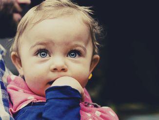 Kūdikių dėmesys kryžminėms akims sukelia kūdikių akis. Kaip tai pastebėti?