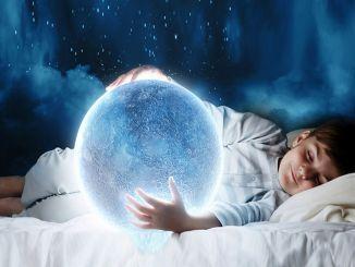 幸せな子供時代のために想像力を動員する