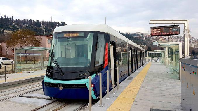L'intersection d'Unkapani est en cours de rénovation et le tram arrive à Eminonu