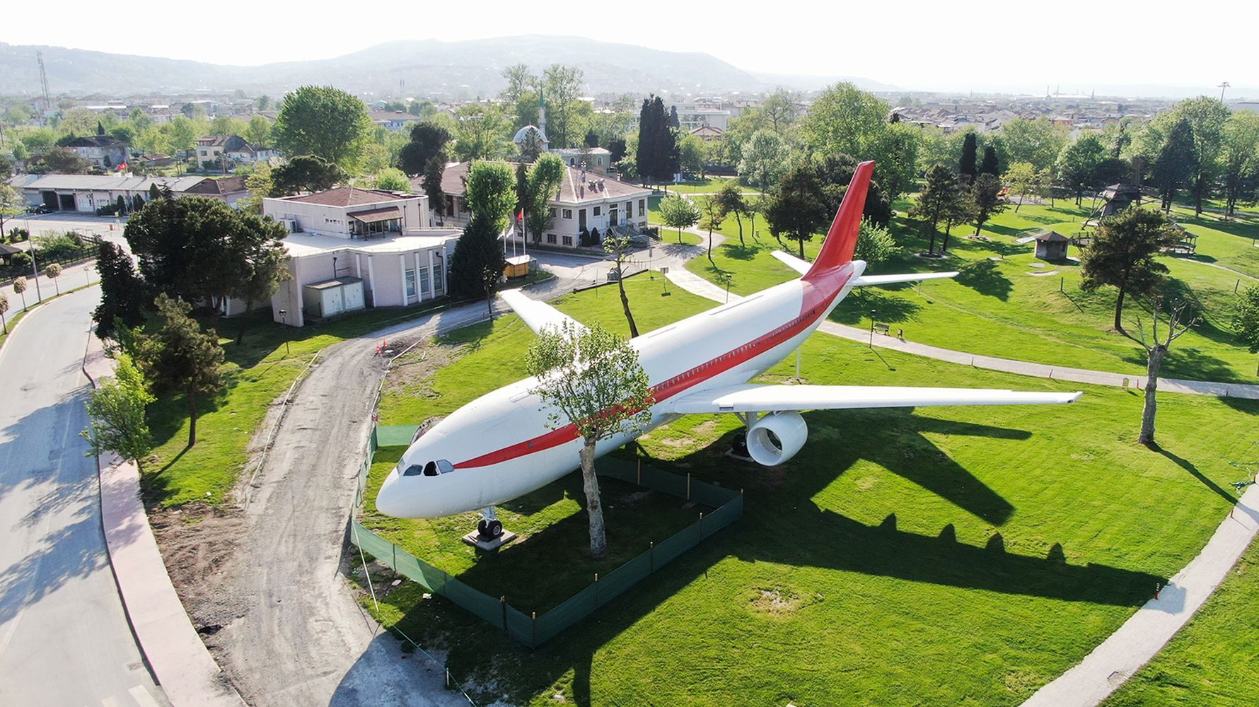 A wagon will be placed next to the plane restaurant in the saint standing park.