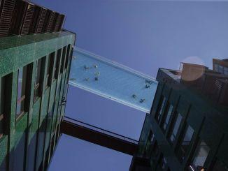 dunyanin ilk transparan gokyuzu havuzu ziyaretci akinina ugradi