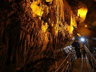 トラブゾンの地下の隠れた楽園の洞窟が訪問者を待っています