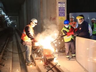 قام imamoglu dudullu بعمل لحام بالسكك الحديدية في محطة bostanci metro kayisdagi