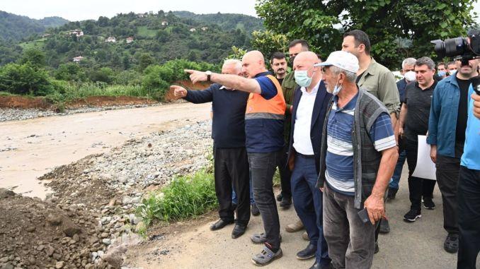 karaismailoglu untersuchte die wandernden Straßenarbeiten bei der Flutkatastrophe in Arhavi
