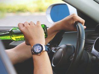 voznik, ki pije pivo
