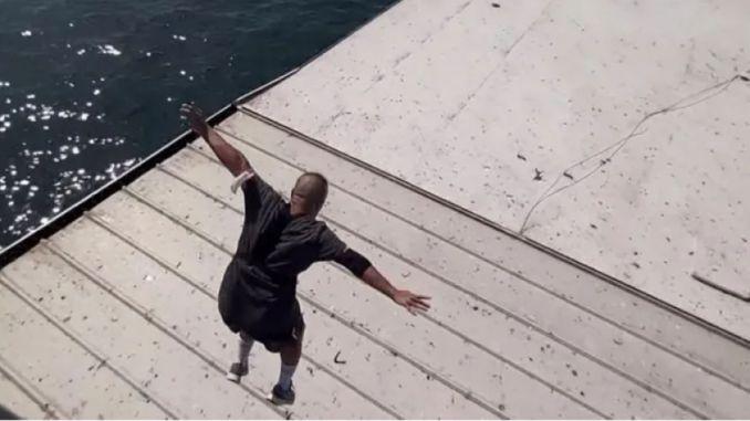Das Phänomen, das von der Galata-Brücke auf das Schiff gesprungen ist, wurde in Gewahrsam genommen.