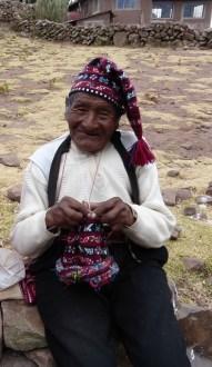 Strickender Mann auf der Insel Taquile