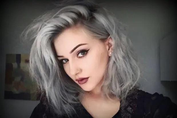 rayos plateados en cabello oscuro