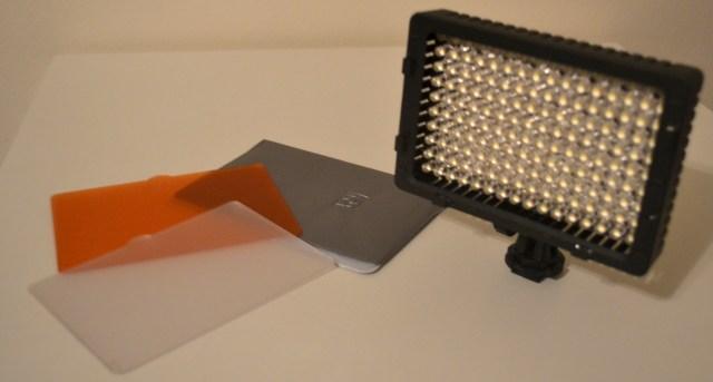 صورة لإضائة LED المدمجة مع الفلاتر المرفقة و محفظة لحماية الفلاتر