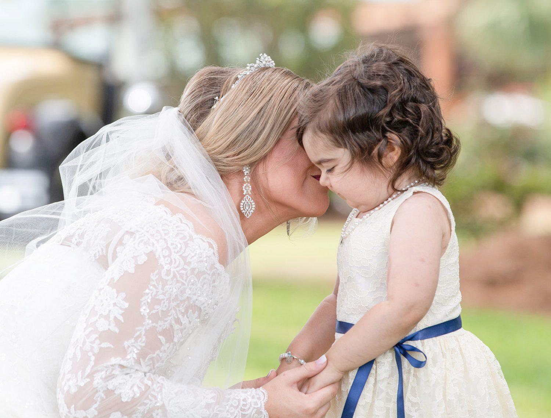 Menina sobrevivente de câncer vira dama de honra do casamento do seu doador de medula óssea