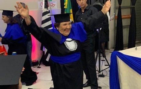 Aos 81 anos, ex-merendeira realiza sonho de se formar em Pedagogia.